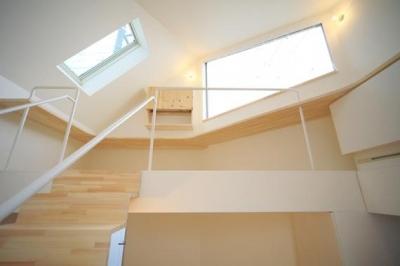 『ミニマムハウス』 9坪の敷地に建つアトリエ住宅 (階段からロフトを見上げる(撮影:永石写真事務所))