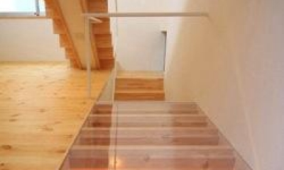 『ミニマムハウス』 9坪の敷地に建つアトリエ住宅 (階段下の床(撮影:永石写真事務所))