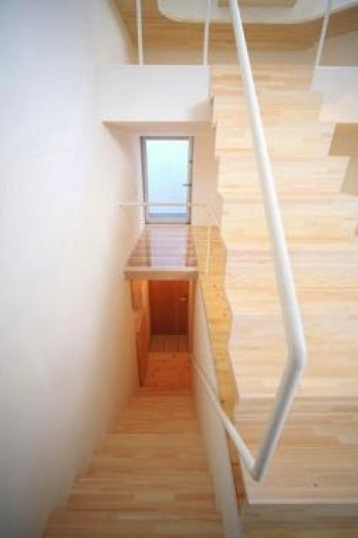 『ミニマムハウス』 9坪の敷地に建つアトリエ住宅 (階段(撮影:永石写真事務所))