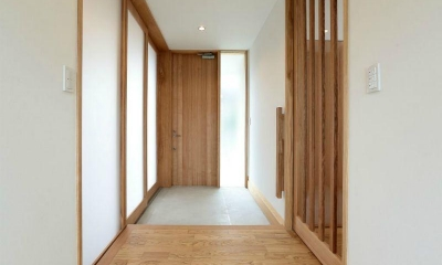 趣味を楽しむ土間の家 (玄関1)