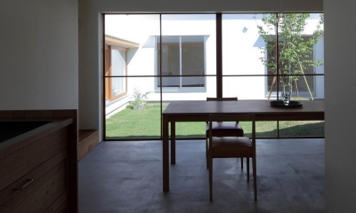 海東の家/地に近い暮らし 中庭が広がる住まい (食堂)