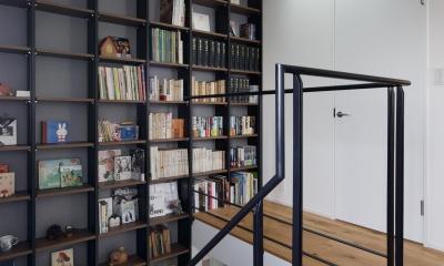 図書室階段でアカデミックに (本棚)