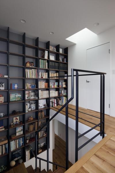 本棚 (図書室階段でアカデミックに)