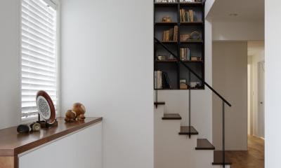 図書室階段でアカデミックに (玄関ホール)