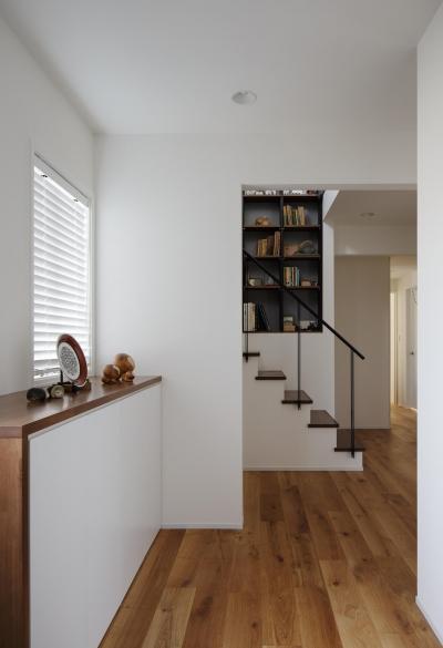 玄関ホール (図書室階段でアカデミックに)