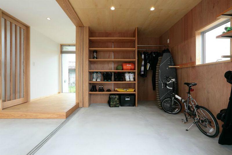 趣味を楽しむ土間の家 (玄関・趣味室)