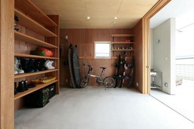 玄関側から趣味室を見る (趣味を楽しむ土間の家)