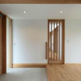 趣味を楽しむ土間の家 (趣味室から玄関を見る)