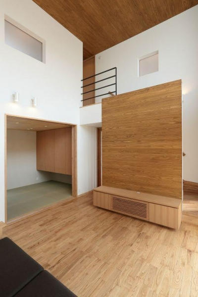 趣味を楽しむ土間の家 (リビング・畳スペース)