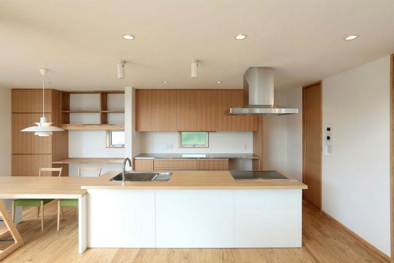 趣味を楽しむ土間の家 (対面式キッチン・書斎コーナー)