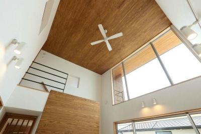 趣味を楽しむ土間の家 (リビング天井のシーリングファン)