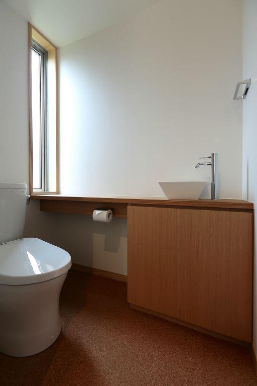 趣味を楽しむ土間の家 (トイレ)