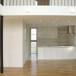 SA邸 (リビングよりキッチンを見る)