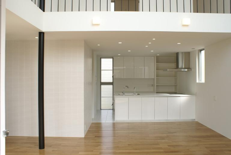 SA邸の部屋 リビングよりキッチンを見る