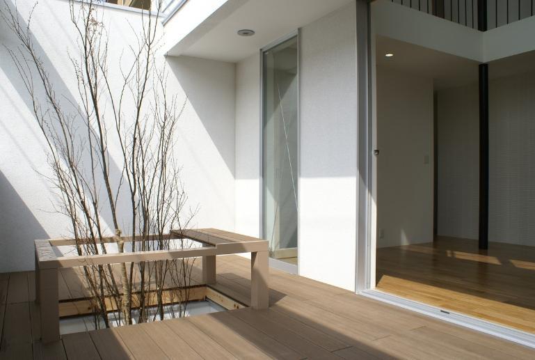SA邸の部屋 モダンな雰囲気の中庭