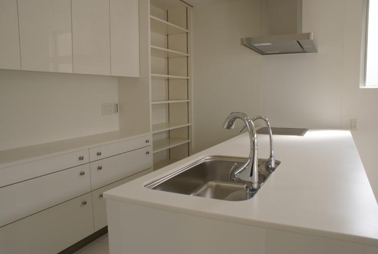 SA邸の部屋 白を基調としたキッチン内部