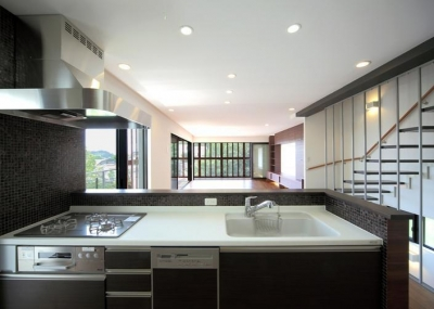 キッチン (傾斜地の家1)