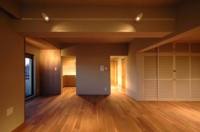色彩と陰影のリノベーション (リビングルーム)