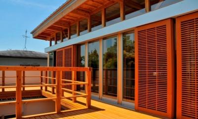 ルーフテラス(木製格子開放時)|中庭のある家