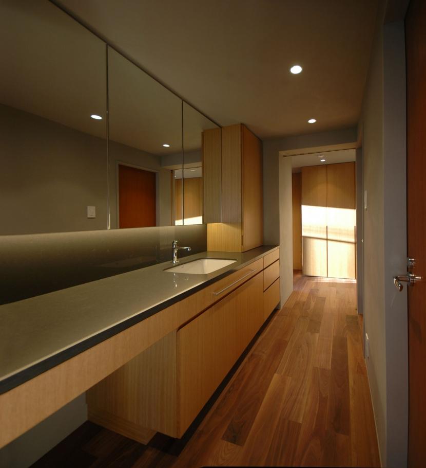 色彩と陰影のリノベーションの写真 洗面室