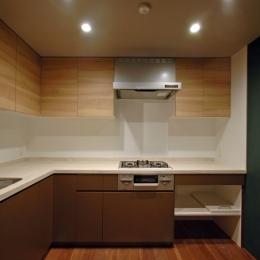 色彩と陰影のリノベーション (キッチン)