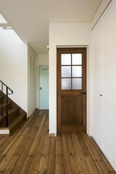 やさしい空気に包まれた家 (リビングの造作ドア)