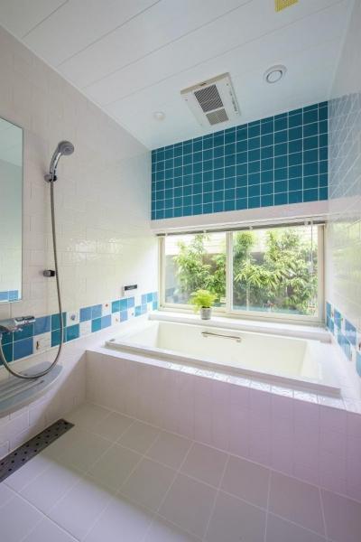 在来のお風呂 (モダンな暮らし、美しい「白」を基調とした家)