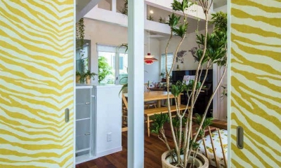 モダンな暮らし、美しい「白」を基調とした家 (和コーナーの襖戸を白い空間のアクセントに)