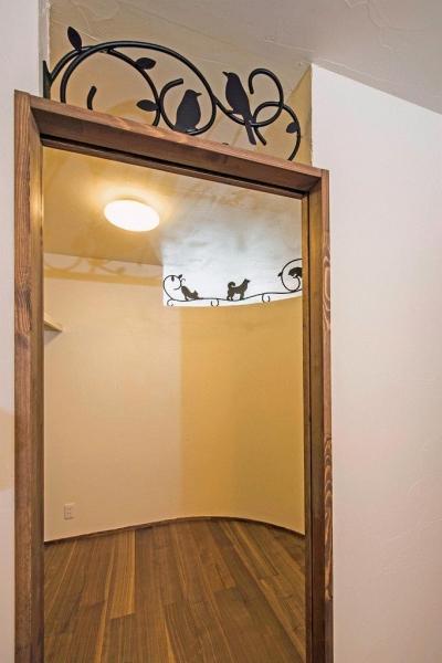 ベッドルーム上部の開口にアイアン飾りを (アンティークな大人の空間 マンションリノベーション)