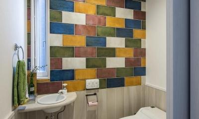 個性的なタイルが魅力 ロッククライミングのできる家 (トイレ)