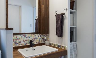 個性的なタイルが魅力 ロッククライミングのできる家 (収納たっぷりな洗面室)