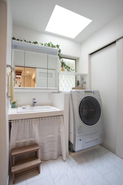 トップライトのある明るい洗面室 (ナチュラルテイスト フレンチカントリーの家)