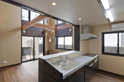 右京の家#アール階段のある広々としたリビング (対面キッチン)