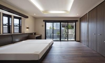 右京の家#アール階段のある広々としたリビング (2つのベットを置く寝室)