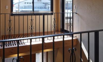 右京の家#アール階段のある広々としたリビング (手すり)