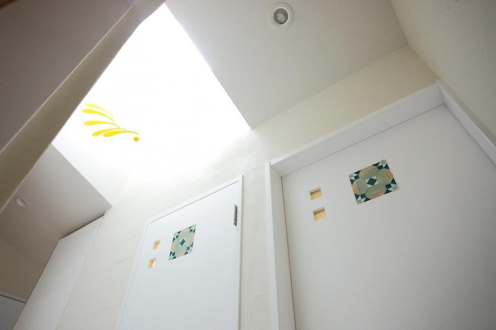 上品なアジアンテイストの家 (タイルを埋め込んだ造作ドア)