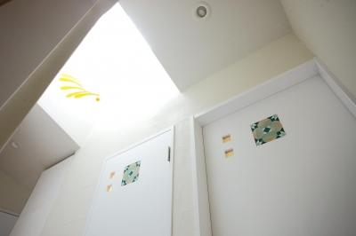 タイルを埋め込んだ造作ドア (上品なアジアンテイストの家)
