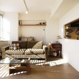 リビング1 (H邸・白のハーモニーで作る二人のこだわり空間)