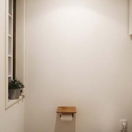 H邸・白のハーモニーで作る二人のこだわり空間 (トイレ)