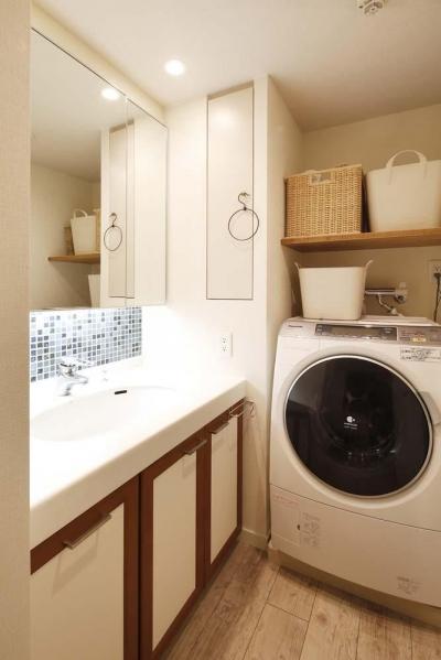 洗面所 (H邸・白のハーモニーで作る二人のこだわり空間)