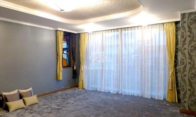 上質なファブリックスと壁紙でイメージチェンジ (高級感のあるクラシックモダンな寝室)