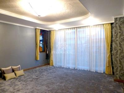 高級感のあるクラシックモダンな寝室 (上質なファブリックスと壁紙でイメージチェンジ)