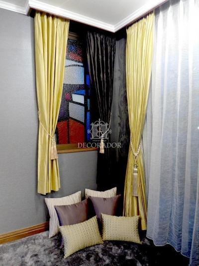 ステンドグラスがアクセントの主寝室 (上質なファブリックスと壁紙でイメージチェンジ)