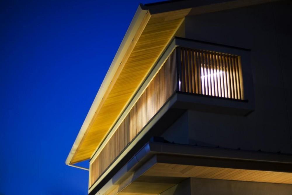 格子が印象的な夜の外観 (京都市T邸)