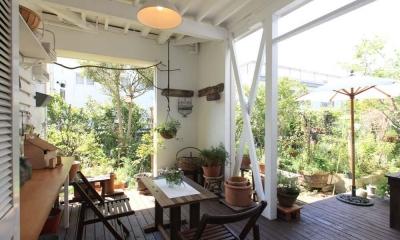 内と外をつなぐ半屋外の開放的な空間 (ウッドデッキ)