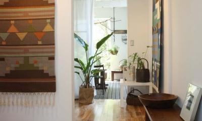 内と外をつなぐ半屋外の開放的な空間 (玄関ホール)