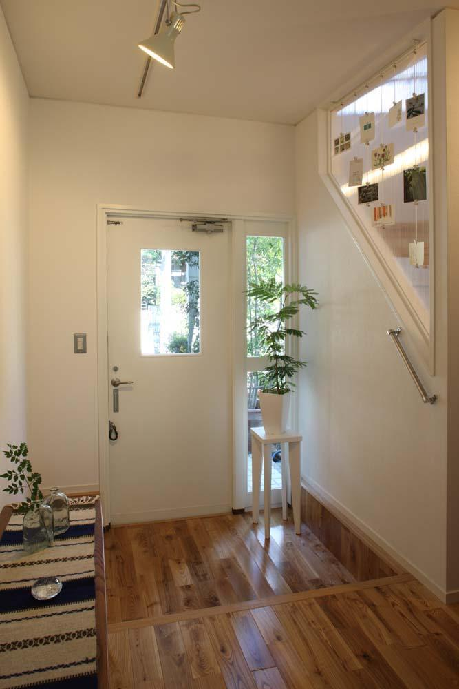 内と外をつなぐ半屋外の開放的な空間の写真 玄関