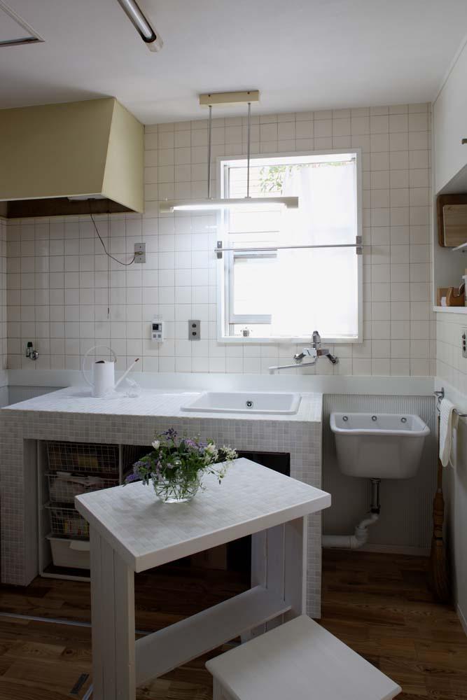 内と外をつなぐ半屋外の開放的な空間の写真 キッチン
