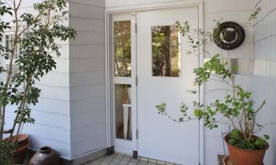 内と外をつなぐ半屋外の開放的な空間 (玄関外観)