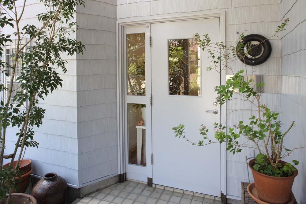内と外をつなぐ半屋外の開放的な空間の写真 玄関外観